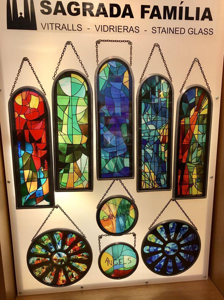Estas ventanas son copias de las ventanas de vitral que están adentro de la Sagrada Familia. Se puede ponerlas en sus ventanas para ver los colores como hay en las paredes de la catedral.