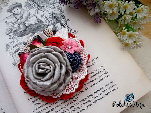 http://koleksiwiji.com/product/clover-fairy-brooch Clover Fairy Brooch Size : 9 cm Colours : Merah Materials : grosgrain ribbon, lace and beads  bros bunga, bros cantik, bros hijab, bros kain, Bros korsase, koleksiwiji, pins bros -  - #BrosBunga, #BrosCantik, #BrosHijab, #BrosKain, #BrosKorsase, #Koleksiwiji, #PinsBros -