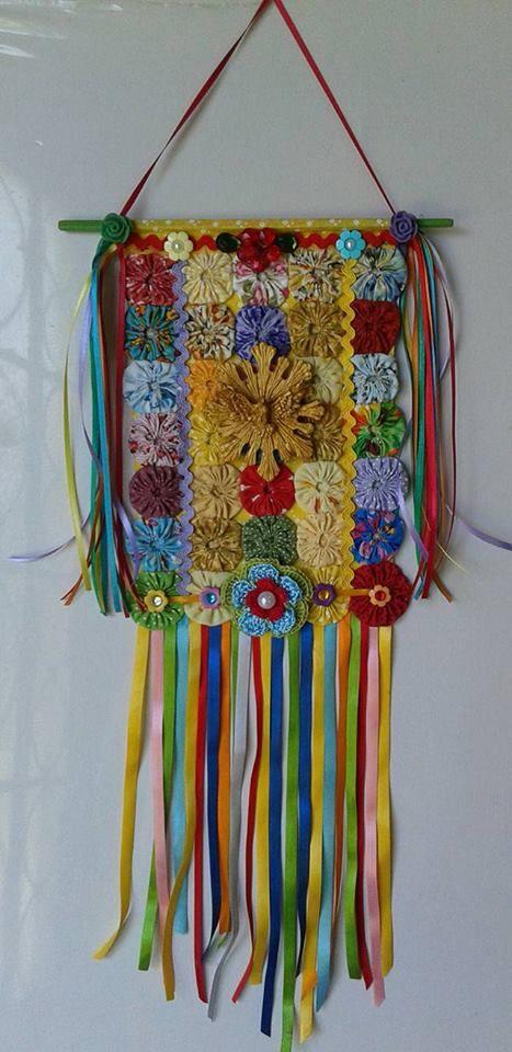 Lindo estandarte de fuxicos, muito colorido com o Divino Espírito Santo em dourado ao centro. Todo decorado com fitas, flores e pedrinhas,...