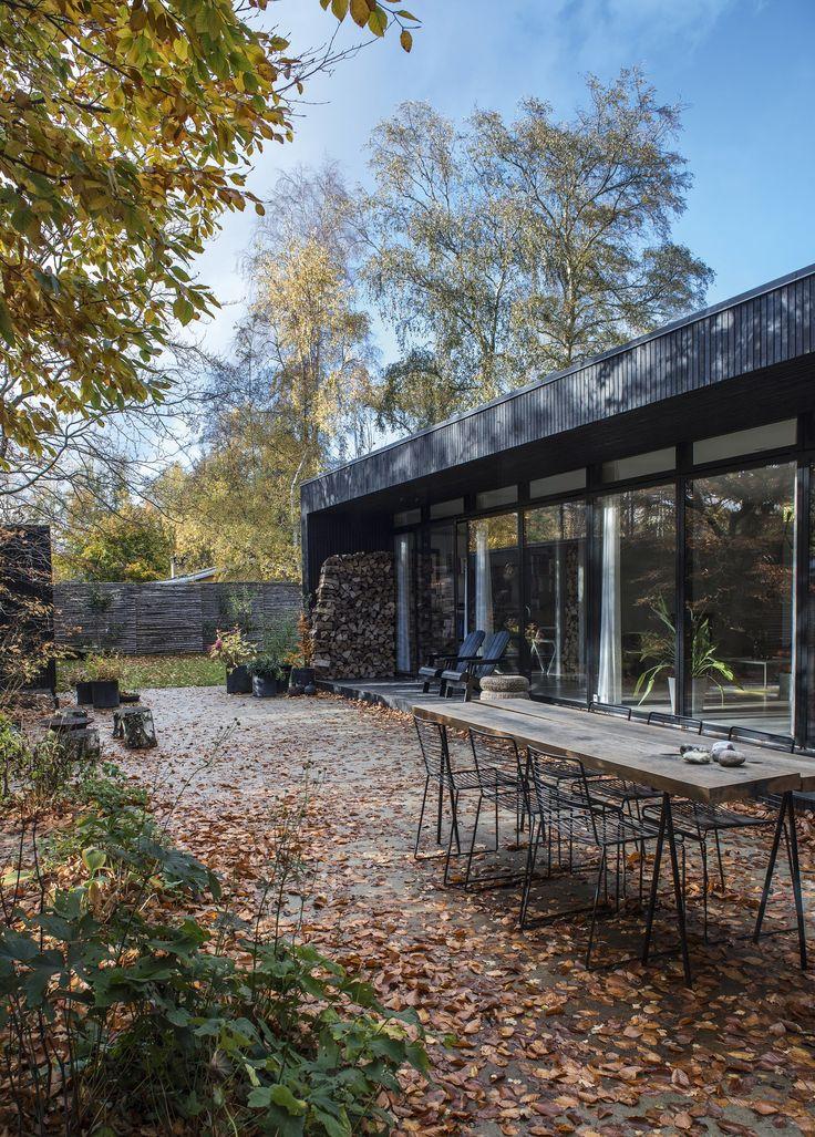 Rasmus og Lenes sommerhus er indrettet enkelt og funktionelt, så der er mest mulig tid til at hygge sig i havens mange oaser.