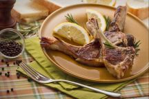 """L'abbacchio a scottadito è una ricetta pasquale tipica del Lazio. Le costolette di agnello, tenere e saporite, sono da gustare caldissime per questa ragione vengono chiamate """"scottadito"""". Se avete la possibilità di organizzare il barbecue nel giorno di Pasqua, approfittatene per provare l'abbacchio a Scottadito alla brace!"""