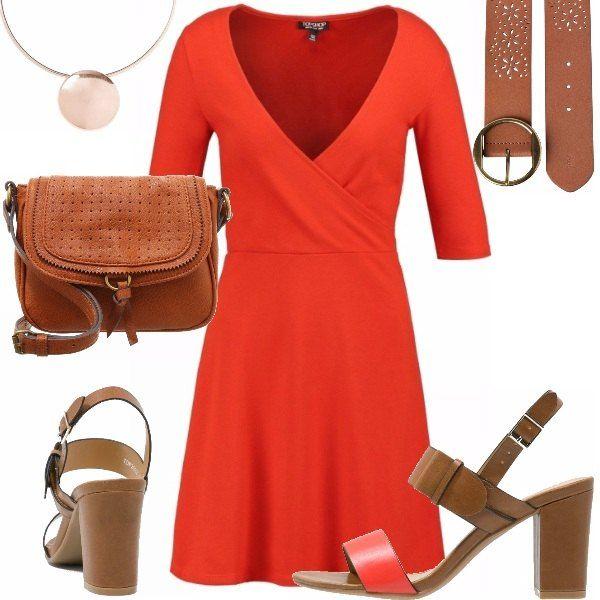 Un look casual adatto per tutto il giorno questo composto da un vestito rosso svasato con scollatura ad incrocio, cintura in vita alta, sandali con tacco quadrato, tracolla in cuoio e collana con ciondolo, ma che cambiando la scarpa e la borsa si può utilizzare anche per la sera.