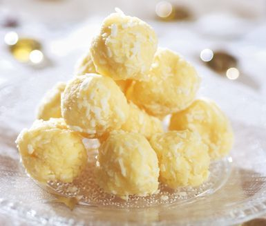 Förtjusande dessert med syrliga toner. Rör ihop den vita chokladen med kokosflingor och citronjuice. Vänta tills smeten svalnat något och rulla till bollar. Snöbollarna smälter i munnen och får en ljuvlig syrlighet av citronjuicen!