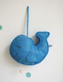 Een muziekdoosje in de vorm van een walvis. Gemaakt met wolvilt en katoengaren.   #wijzijndonderdag #donderdag #muziekdoosje #kraamcadeau #kinderkamer #babykamer #zwanger #walvis #decoratie #baby