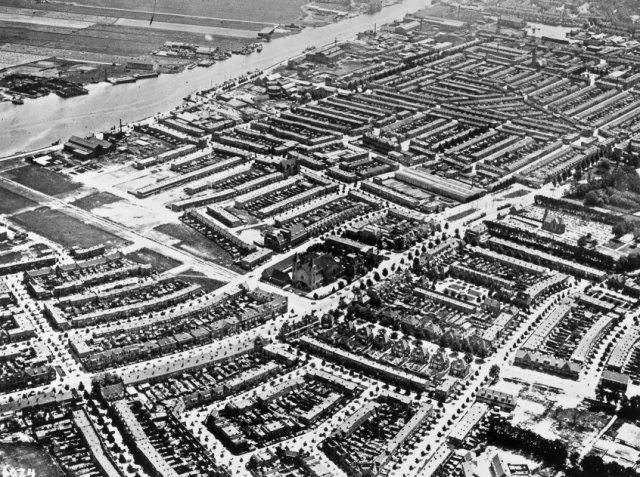 haarlem  Oblique luchtfoto van de (toenmalige) gemeente Schoten. In het midden de kruising Rijksstraatweg en Zaanenstraat/Zaanenlaan. Links boven het Spaarne, rechts onder de Middenweg.