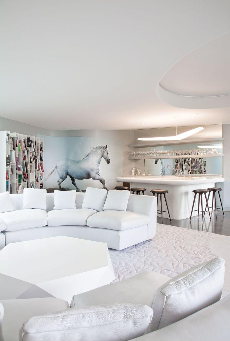 """Благодаря стараниям архитектора Бет Холден на белоснежной вилле, расположенной в Лос-Анджелесе, объединились авангардная архитектура и продуманная экологичная """"начинка""""."""