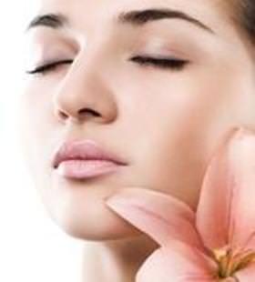Usted puede usar cualquiera de estos remedios naturales durante aproximadamente veinte minutos para desvanecer las manchas en la cara. Puede usar una combinación tan simple como el jugo de tomate y limón a diario para reducir las manchas en gran medida y tener su piel más aclarada.
