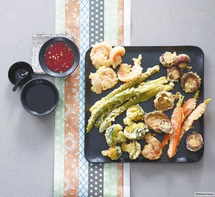 Nach kurzem Tauchgang im Teig sind Gemüse und Garnelen knusprig frittiert…