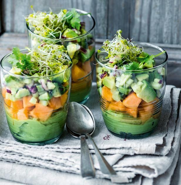 Avocado gibt im Glas (franz.: Verre) den Ton an. Mit Gurke, roter Zwiebel, Koriander und Charentais-Melone wird daraus ein Snack.