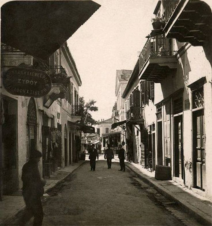 Αθήνα 1905. Οδός Πλούτωνος. Πρόκειται για την σημερινή οδό Μητροπόλεως. Μια σπάνια φωτογραφία γεμάτη από τα παλαιά σπίτια των Αθηνών της Οθωνικής περιόδου ίσως και νωρίτερα.