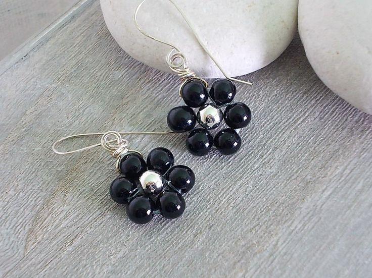Orecchini fiore, piccolo pendente a forma di fiore nero, con perle di vetro nero e argento di Candylostile su Etsy
