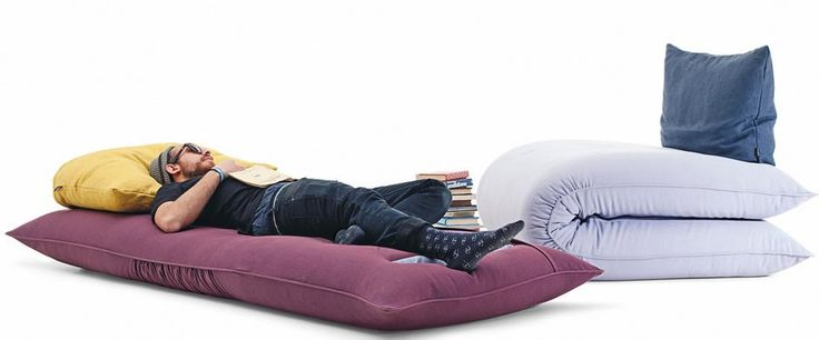 Chama es un sillón-cama donde el colchón se puede plegar o extender, y según las necesidades del momento Chama se transforma en sofá y cama de matrimonio o sillón y cama individual. Lago en Mobles Urgell.
