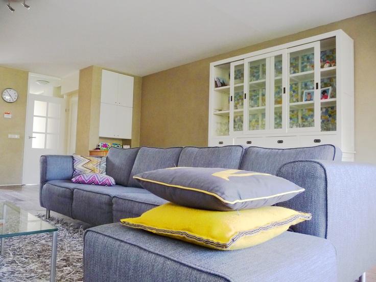 #woonkamer met bank van #boconcept, bestaande kast bijzonder gemaakt met behang van #eijffinger. #geel #grijs. interieurontwerp door Daphne van der Knijff-Looman van #VDKL