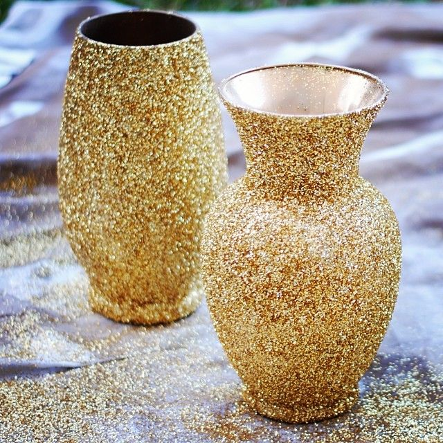 Inexpensive and easy wedding #DIY: secondhand vases + gold spray paint + spray adhesive + gold glitter!