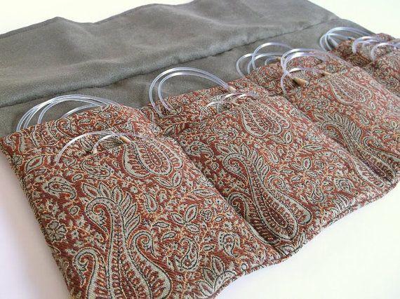 Cette affaire daiguille à tricoter circulaire à la main de luxe est idéale pour organiser toutes vos aiguilles !  Paisley tissu élégant avec une doublure verte olive gratuite en faux Suède.  Fermeture à lacet simple.  Douze emplacements individuels pour vos aiguilles.  Mesures de cas lorsquil est entièrement ouvert approximatives : 13-3/4 x 14 pouces  Mesures lorsquil est fermé : environ 8-1/4 x 5  Des gammes emplacements individuels à laiguille denviron 4 à 5 po de largeur et hauteur des…