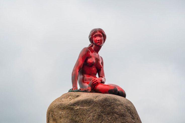 Un monument de Copenhague peint en rouge pour dénoncer la chasse à la baleine