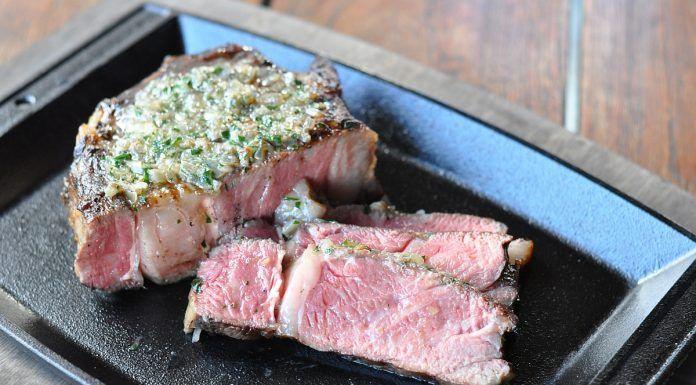 Rib Eye Steak mit geräucherter Schalottenbutter
