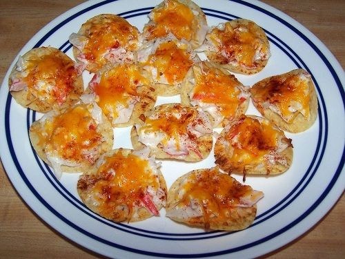 Chi Chi's seafood nacho recipe.   30 baked tortilla chips  8 oz. imitation crabmeat, chopped  ¼ c. reduced-fat sour cream  ¼ c. reduced fat mayonnaise  2 tbsp. finely chopped onion  4 oz. reduced fat cheddar cheese  ¼ tsp. paprika  Bake at 350, 6-8 minutes