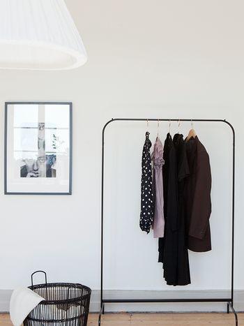 白い壁の前に黒の「MULIG」をセットすると額縁のようにお洋服を飾れますね。
