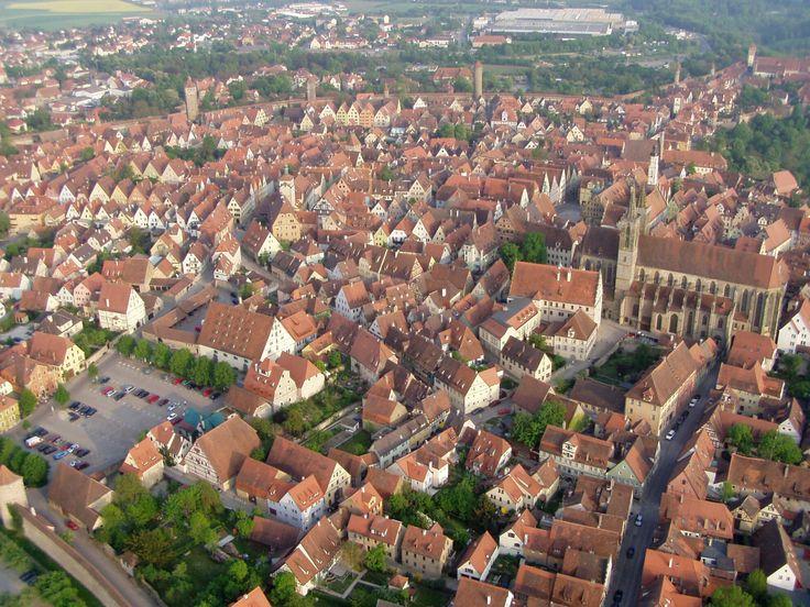 Über dem romantischen Taubertal, im Schnittpunkt von Romantischer- und Burgenstraße gelegen, stellt die ehemalige Reichstadt Rothenburg ein einzigartiges Juwel des Mittelalters dar. Herausragende Bauwerke künden von reichsstädtischer Vergangenheit.