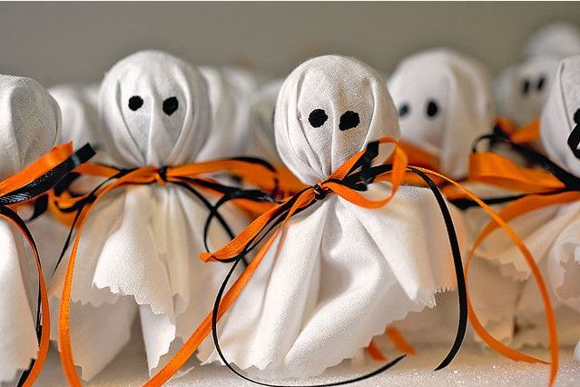 These lollipop ghosts make for a perfect, simple party favor! #Halloween #HalloweenParty #SweetTreat