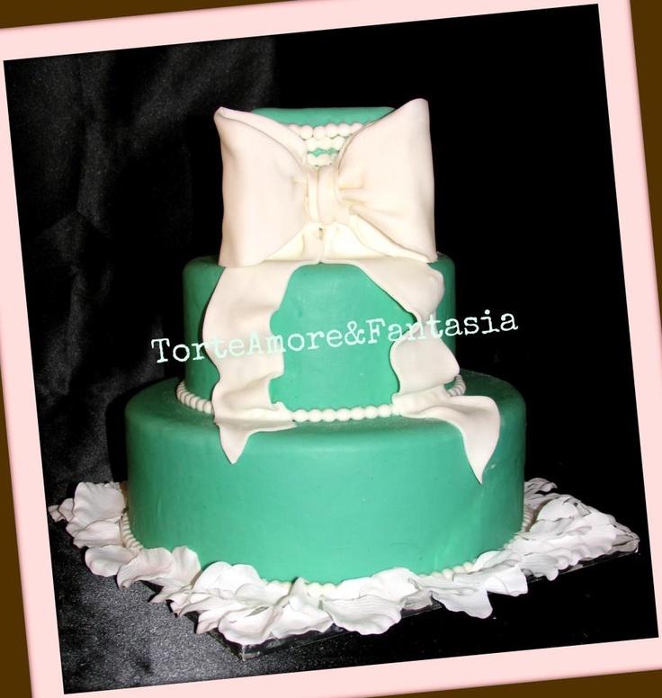 Wedding Cake Tiffany    L'eleganza e' nei dettagli!...Una creazione seducente e squisita al tempo stesso. La Wedding Cake Tiffany prende il nome e il colore del lusso. Il Design prezioso con le sue perle e il suo immenso fioccho sono predominanti e interpretano l'idea di una sposa veramente Glamour!