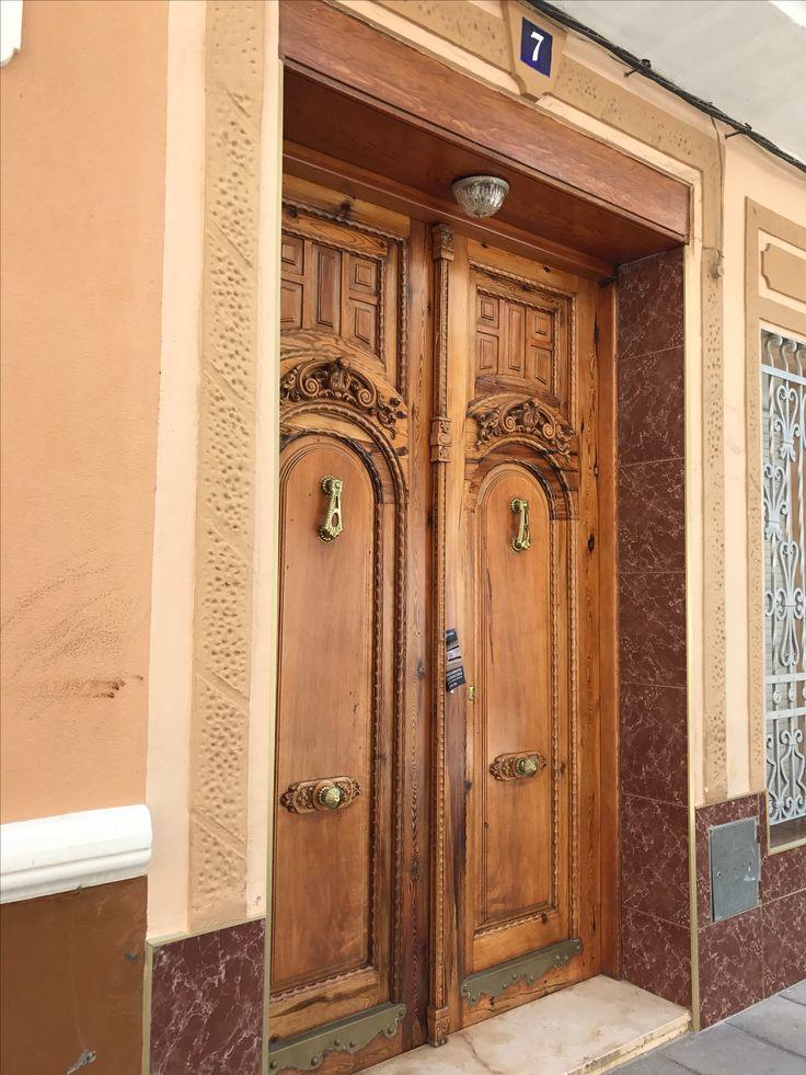 <Puerta clásica de la casa Valenciana. Artesanía en Carpinteria.