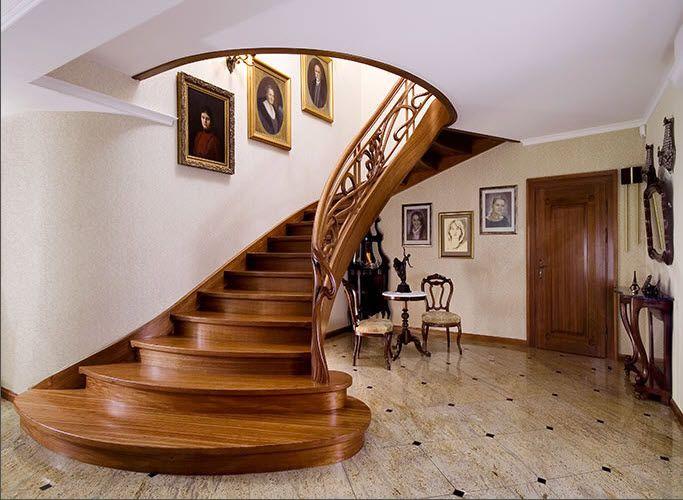 escalera circular clásica con zancas laterales