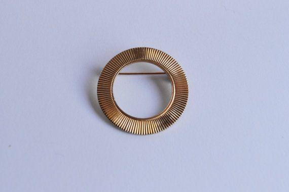 Diese kleinen Goldton strukturierte Kreis Brosche hat helle Goldton zu beenden. Dieses klassische Design erinnert an eine sehr ähnliche Tiffany Design aus der gleichen Epoche. Pins wie diese waren oft mit Schals getragen. Dieser eine in ohne Vorzeichen. Der Sicherheitsverschluss (oder