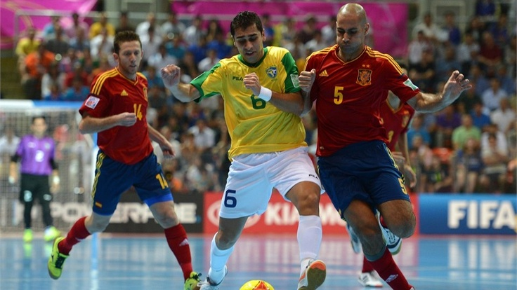 España 2-3 Brasil | BANGKOK, THAILAND - NOVEMBER 18: Gabriel of Brazil is challenged by Fernandao of Spain during the FIFA Futsal World Cup Final at Indoor Stadium Huamark on November 18, 2012 in Bangkok, Thailand. (Photo by Lars Baron - FIFA/FIFA via Getty Images)