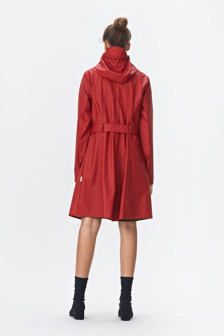 Geïnspireerd op de klassieke Trench Coat hebben wij nu de Rains Curved jas binnen in het rood! #rains #curvedjacket #trenchcoat #rainwear #outdoor #design #weidesign #haarlem
