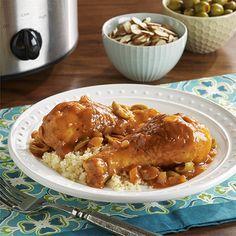 Muslos de pollo cocinados en una olla de cocción lenta con una sabrosa salsa de tomate con cebolla y aceitunas. Ideal para servir con cuscús