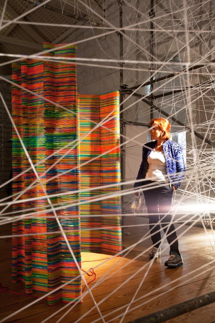 Biombo con perchas de colores * Screen made out of colored hangers *  Magia con ganchos de ropa. Maravillosa idea.
