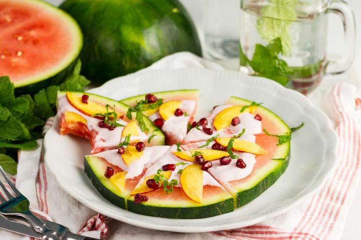 Recept voor watermeloen pizza voor 4 personen. Met watermeloen, perzik, granaatappel, yoghurt, munt en kaneel