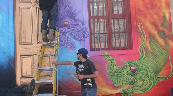 """""""Valparaiso is de plek bij uitstek voor een graffitifestival - een klein geluk in mijn planning van mijn bezoek aan deze stad. Lokale en internationale kunstenaars zijn naar Valparaiso gekomen om in drie dagen hun mooiste handtekening achter te laten op de muren de stad."""""""