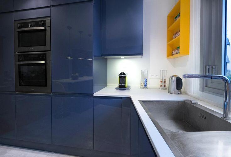 Une cuisine tonique en gris bleu et jaune soleil, cuisine sur-mesure en laque…
