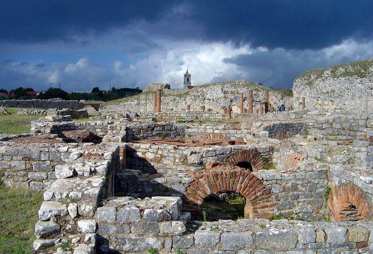 Conimbriga / Portekiz - Bir Roma yerleşim yeri olan bu yapı, Lisbon ve Porto şehirlerine neredeyse eşit mesafede bulunuyor. Oldukça iyi korunmuş olan yerleşim yerinin çok az bir kısmı kazılmış olmasına rağmen, banyolar, lüks evler, amfitiyatro ve birçok mozaik gün yüzüne çıkarıldı. Kentin merkezinde Batı Roma İmparatorluğu'nun en büyük evlerinden birisi keşfedildi. Casa de Cantaber adındaki evin, muhteşem sütunlu bahçeleri, süs havuzları ve ısıtma sistemi olan banyosu bulunuyor.