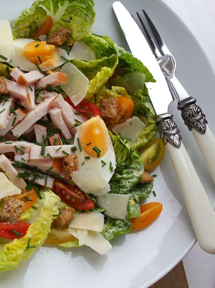 Klassieke caesar salad, heerlijk! Met zelfgemaakte dressing en croutons. Recept: www.vertruffelijk.nl