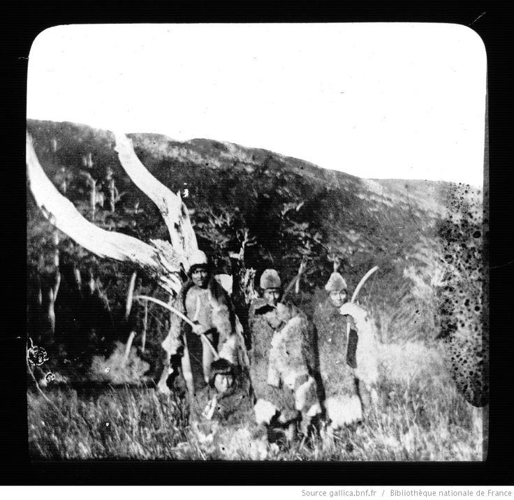 Terre de Feu-Patagonie. 8, Onas du Sud de la Terre de Feu / [mission] Rousson et Willems ; [photogr.] Rousson ; [photogr. reprod. par] Molténi [pour la conférence donnée par] Willems