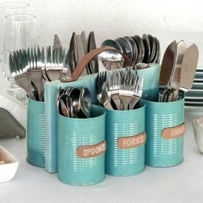 ordenador de utencillos de cocina con latas de conserva