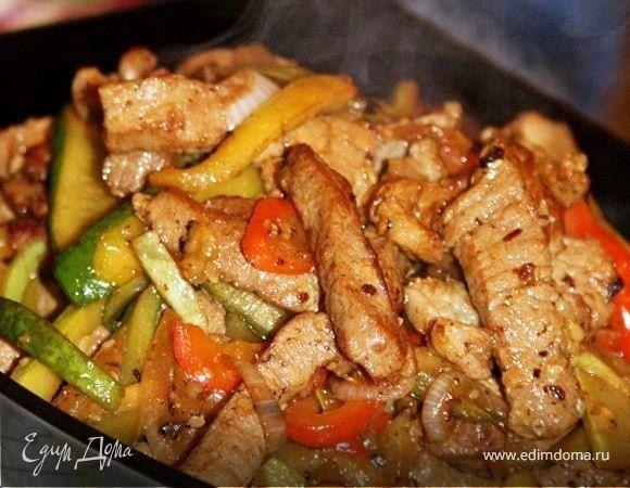 Свинина с овощами по-китайски.  Благодаря тонкой нарезке, добавлению вина, соевого соуса и пряных специй мясо получается невероятно нежным и ароматным. В качестве гарнира подойдет рис или фунчеза. Блюдо лучше готовить на сковороде-вок. Подойдет также и сковородка с керамическим покрытием. Приятного аппетита! #готовимдома #едимдома #кулинария #домашняяеда #свинина #овощи #покитайски #вкусно #ароматно #обед #ужин #гарнир