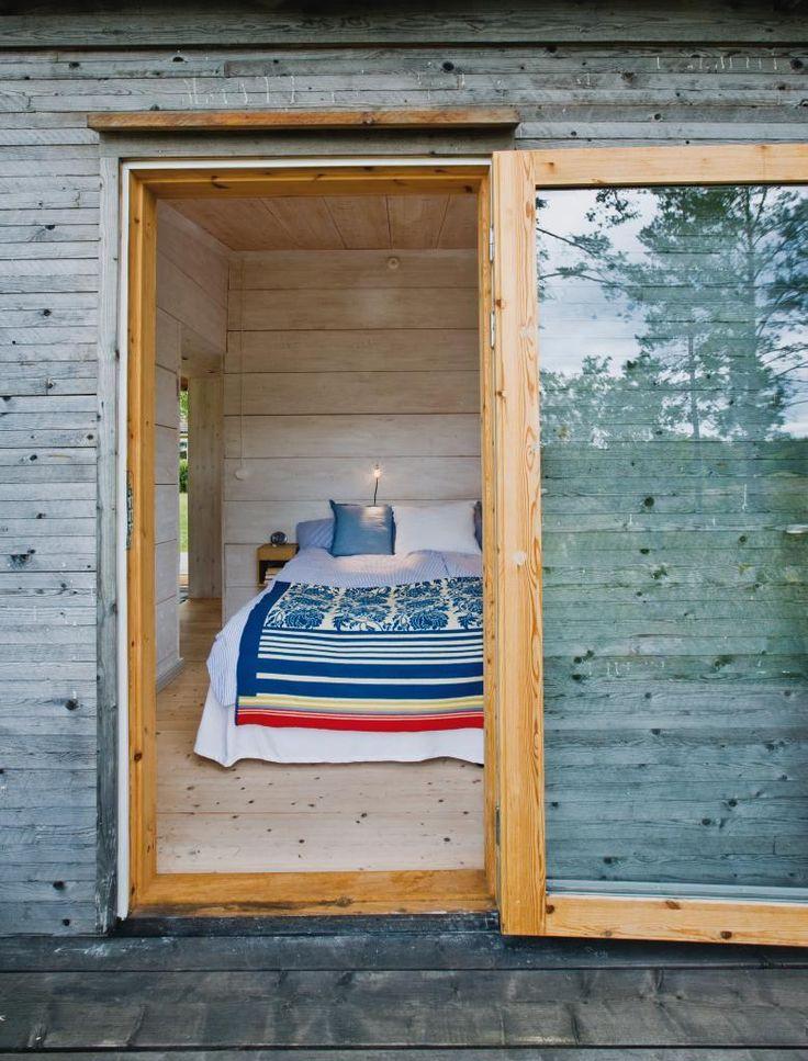 Ytan är inte allt. Det är Åsa och Stefans sommarhus ett bevis på. Med bra planering och smart förvaring har de fått in allt som behövs på få kvadratmeter –  precis som på en båt.
