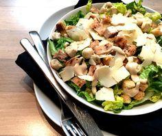 Het recept voor de klassieke salade: Caesar Salade maar dit keer met gegrilde kip. Een heerlijke salade. Makkelijk om te maken en hij staat binnen no time op tafel.