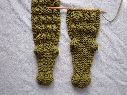 Gator scarf pattern  by knitter by nature@FamilyFunmag