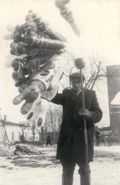 Łuków. Sprzedawca balonów. W tle plac Narutowicza i początek ulicy Staropijarskiej. Lata 80-te.