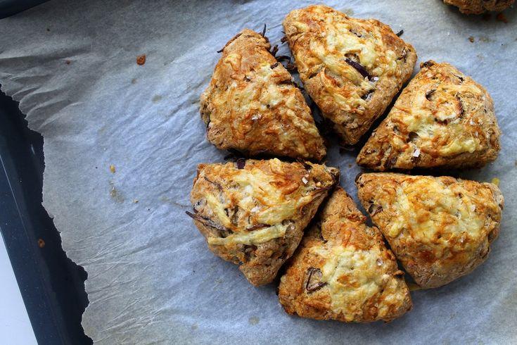 Grove scones med cheddar, timian og karamelliserede rødløg photo IMG_0054_zps2pyhisi5.jpg