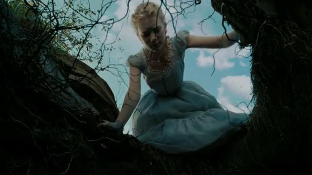 Asi està Alicia antes de caure dins del forat que donava a la sala on esatva la porteta que donava al jardi al que Alicia volia entrar