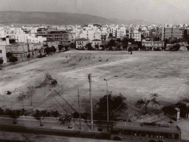 Αρχές δεκαετίας 1970. Το μηχανοστάσιο των τραμ στην Πλατεία Δαβάκη κατεδαφίστηκε. Στη θέση του θα κατασκευαστεί το κεντρικό πάρκο της Καλλιθέας.