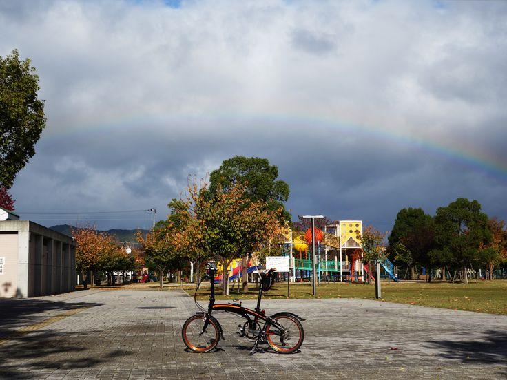 Copyright © cagallibi 様 / VECTOR X10 2011年 / 黒いボディにオレンジのラインに一目惚れしてしまい、すでに2012年になっていましたがまだ在庫のある店を探して奈良のサイクルショップで買わせていただきました。写真は普段走っているサイクリングロードの終点にある公園で、虹が綺麗だったので撮ったものです。この2年間で2000km以上走りました。これからもよろしくお願いします。