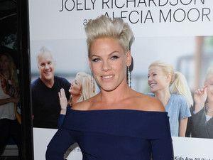 J'ai lu l'article Pink adopte la coupe de cheveux skrillex sur red carpet sur http://www.closermag.fr/beaute/coiffure-et-cheveux/pink-adopte-la-coupe-de-cheveux-skrillex-sur-red-carpet-202084